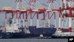 지난해 4월 일본 요코하마 항에 컨테이너선들이 정박해 있다. (자료사진)