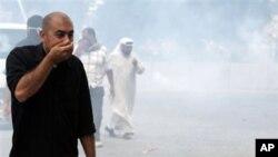 巴林警方周日向示威者发射了催泪瓦斯