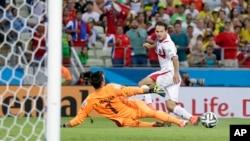 Marco Ureña de Costa Rica ya ha tocado finamente el balón venciendo la resistencia del arquero uruguayo Fernando Muslera, en el triunfo tico 3-1 sobre los charrúas.