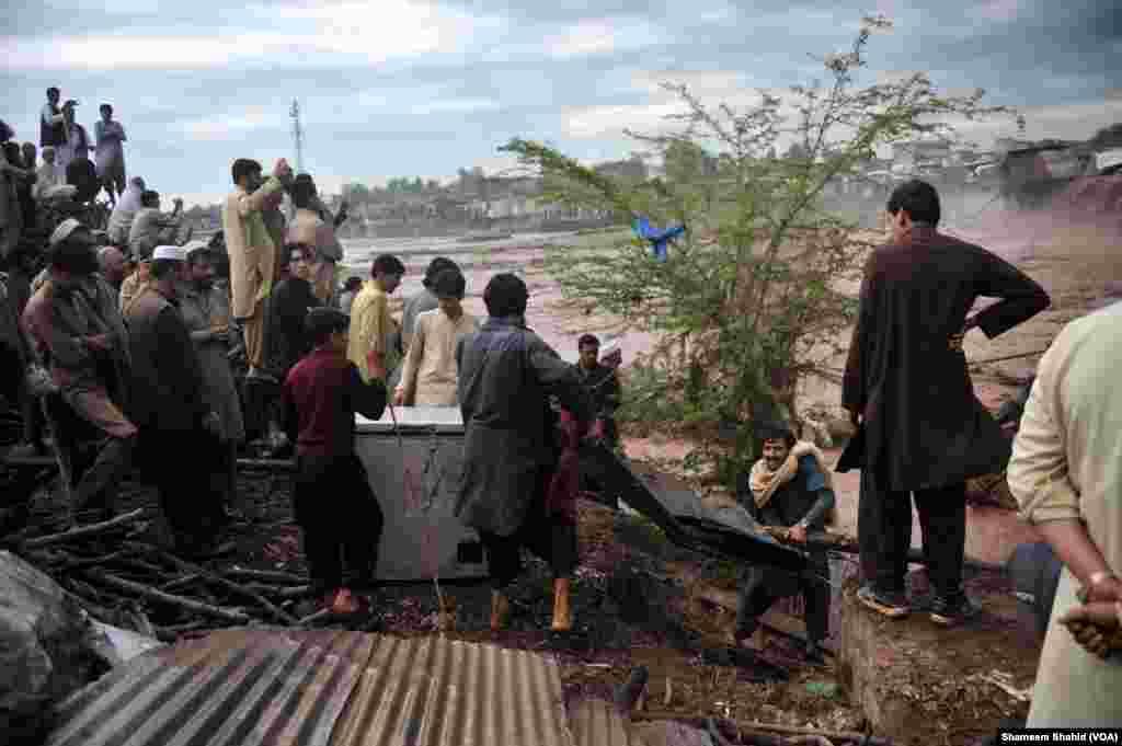 مختلف علاقوں میں مکانوں کی چھتیں اور دیواریں گرنے کے علاوہ پہاڑی تودے گرنے سے بھی جانی و مالی نقصان ہوا۔