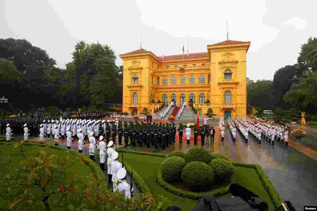 在越南主席府前面举行的欢迎美国总统川普的仪式(2017年11月12日)。