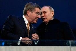Chủ tịch Ủy ban Olympic Quốc tế Thomas Bach của Đức nói chuyện với Tổng thống Nga Putin trong lễ khai mạc