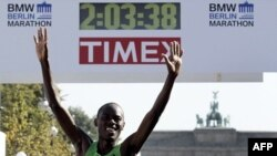 Vận động viên Kenya Patrick Makau về nhất cuộc đua marathon ở Berlin, lập kỷ lục chạy 42,2 cây số trong 2 tiếng, 3 phút, 38 giây