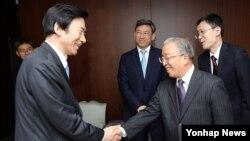 17일 방한한 다이빙궈 전 중국 외교담당 국무위원(오른쪽)이 윤병세 한국 외교부 장관과 만났다.