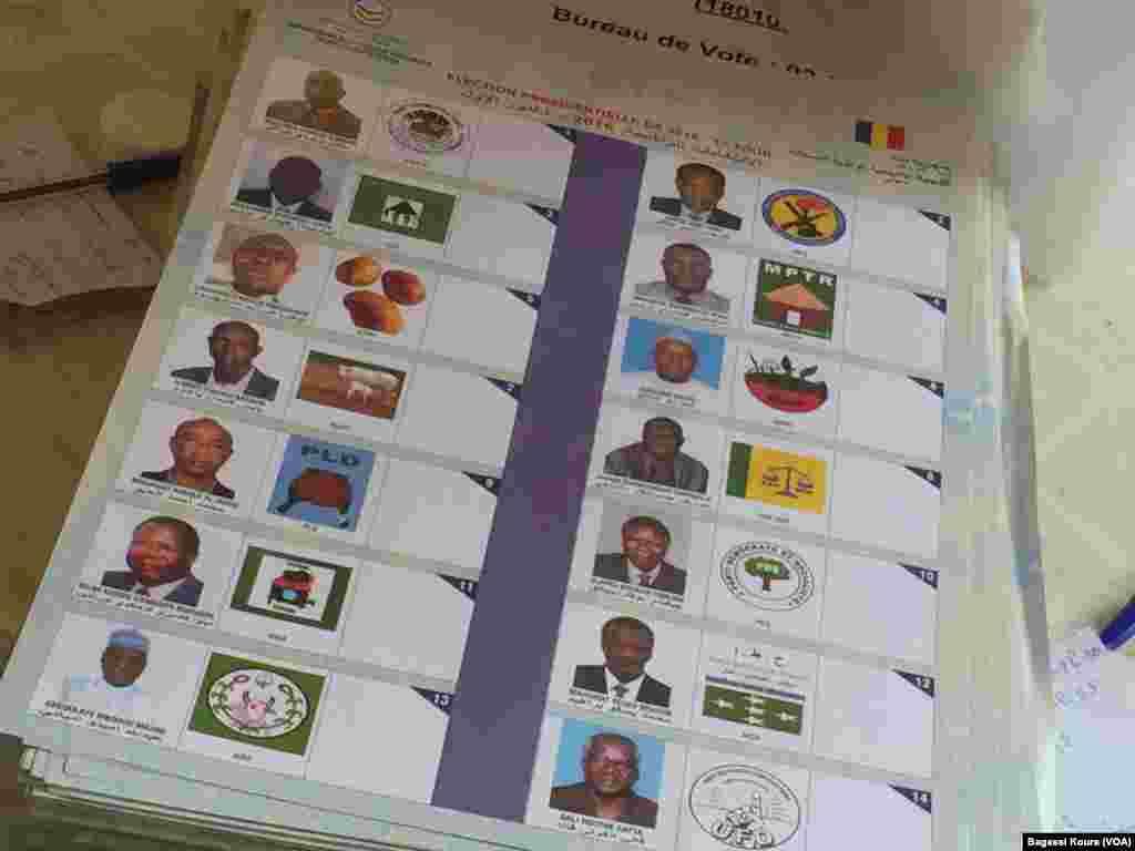 Les bulletins de vote du scrutin présidentiel du 10 avril au Tchad. L'un des 14 candidats s'est désisté quelques jours avant le scrutin, N'Djamena, 10 avril 2016, (VOA/Bagassi Koura)