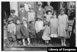 "Syrian immigrant children on Washington Street in the Lower Manhattan, N.Y., neighborhood known as ""Little Syria,"" in 1916. Bain collection at the Library of Congress."