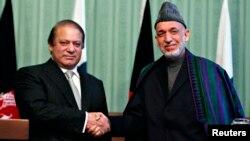 巴基斯坦總理謝里夫(左)在喀布爾與阿富汗總統卡爾札伊進行會談。
