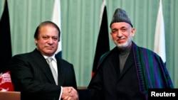 Tổng thống Afghanistan Hamid Karzai (phải) bắt tay Thủ tướng Pakistan Nawaz Sharif tại 1 cuộc họp báo chung ở Kabul, 30/11/2013