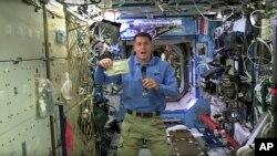 El astronauta de la NASA Shane Kimbrough muestra el paquete del pavo que preparó para su tripulación para celebrar la fiesta de Acción de Gracias en la Estación Espacial Internacional.