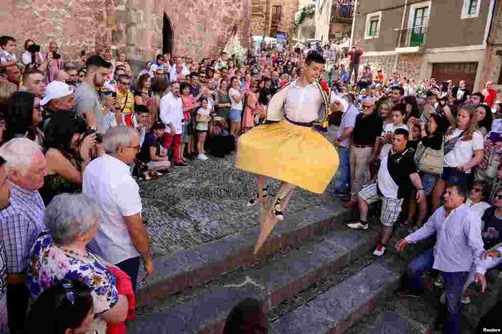 성 마리아 막달레나 축일을 맞아 스페인 안기아노에서 남성이 막대기를 이용한 스페인 전통춤 잔코스 추고 있다. 성 마리아 막달레나는 예수의 제자이자 기독교의 성인이다.