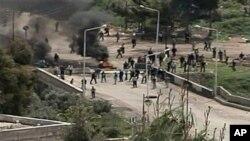 抗议者在叙利亚德拉市的一个路障前