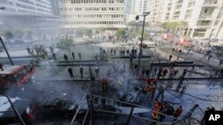 Regu pemadam kebakaran memadamkan api akibat ledakan bom mobil yang menewaskan Mohamad Chatah, mantan dubes Lebanon untuk AS yang juga mantan menteri keuangan, di Beirut, Lebanon 27/12/2013.