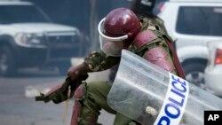 Une policier kenyan frappe un manifestant (non visible sur cette photo) lors de la répression d'une manifestation au centre-ville de Nairobi, Kenya, 16 mai 2016.