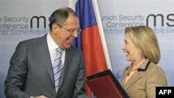 ABŞ Dövlət katibi Hİllari Klinton və Rusiya Xarici İşlər naziri Sergey Lavrov Münhen konfransında, 5 fevral 20110