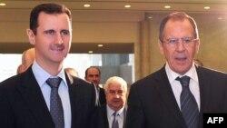 Presiden Suriah Bashar al-Assad (kiri) saat menerima Menlu Rusia Sergei Lavrov di Damaskus (foto: dok). Presiden Assad tidak punya banyak pilihan untuk menghindari serangan militer AS.