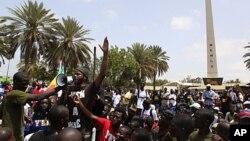 Le rappeur sénégalais Thiat s'adressant samedi à des manifestants à Dakar