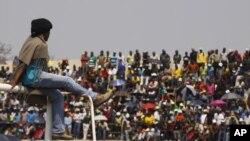 Ribuan pekerja tambang Afsel yang melakukan aksi mogok berkumpul di Stadion Blesbok dekat Rustenburg, Afrika Selatan (13/9).