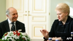 Lithuania's President Dalia Grybauskaite (R) talks with France's Foreign Minister Laurent Fabius during a meeting at the presidential palace in Vilnius, Oct. 28, 2013.