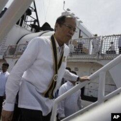 ປະທານາທິບໍດີ Benigno Aquino III ຂຶ້ນໄປເບິ່ງກໍາປັ່ນ BRP Gregorio Del Pilar (PF15) ໃນພິທີຕ້ອນ ຮັບກໍາປັ່ນລໍາໃໝ່ສຸດແລະໃຫຍ່ສຸດ ຂອງຟີລິບປີນ ຢູ່ທ່າເຮືອນະຄອນ ຫລວງມະນີລາ, ວັນທີ 23 ສິງຫາ 2011.