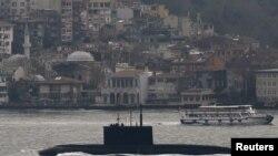 Rusiya hərbi gəmisi Bosfor boğazını keçərkən.