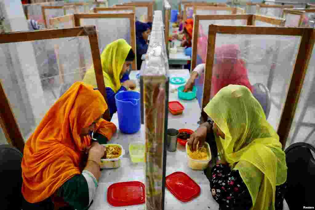 Os funcionários jantam na fábrica de roupas The Civil Engineering Limited em Dhaka, Bangladesh.