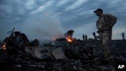 پارچه های طیارۀ مسافربری مالیزیایی که با ۲۹۸ سرنشین سقوط کرد.