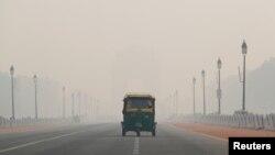 Sebuah bemo melewati jalanan di ibukota New Delhi, India, yang berselimut kabut asap akibat polusi, 11 November 2019. REUTERS/Adnan Abidi - RC2V8D91UTBI
