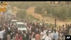 ບັນດາພວກປະທ້ວງກໍາລັງເດີນຂະບວນຄັ້ງຍິງໃຫ່ຍໃນວັນສຸກ ທີ່ 11 ພຶດສະພາ 2012 ຕໍ່ຕ້ານ ປະທານທິບໍດີ Bashar al-Assad ທີ່ກູງ Damuscus.