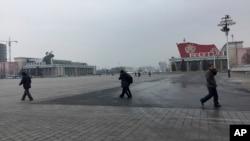 북한 김정일 국방위원장의 75돌 생일(광명성절)을 맞은 지난달 16일, 주민들이 평양 김일성 광장을 지나고 있다.