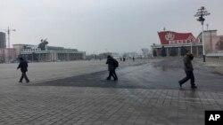북한 김정일 국방위원장의 75돌 생일(광명성절)을 맞은 16일, 주민들이 평양 김일성 광장을 지나고 있다.