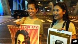 Abashigikiye San Suu Kyi Ku Kibuga c'Indege c'i Bangkok muri Thailande