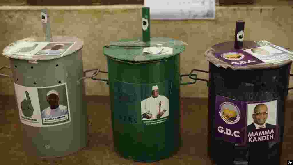 Des urnes dans un bureau de vote de Serrekunda, en Gambie, le 30 novembre 2016.