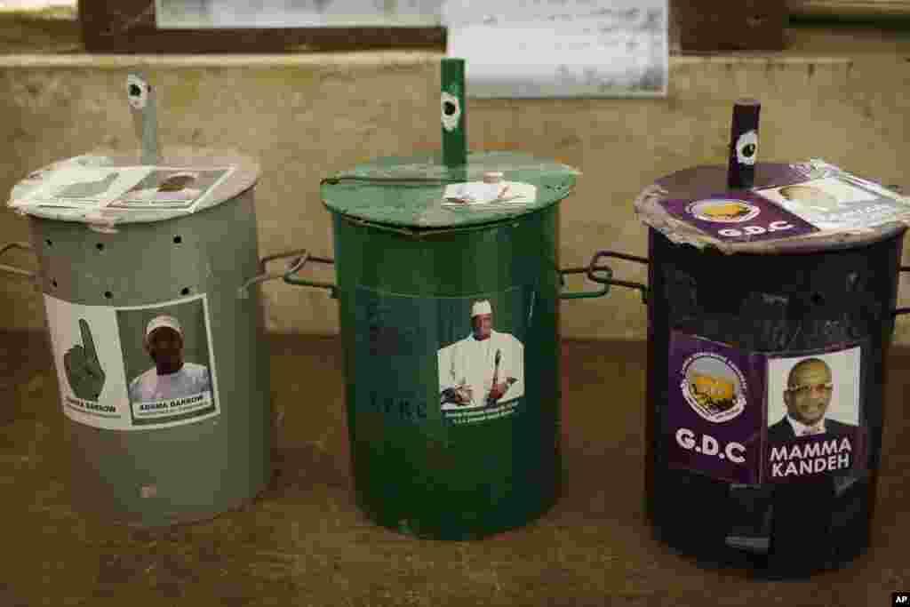 Des urnes dans un bureau de vote de Serrekunda, le 30 novembre 2016
