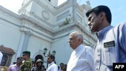 Thủ tướng Sri Lanka Ranil Wickremasinghe thăm nơi xảy ra vụ tấn công bom tự sát, 21/4/2019.
