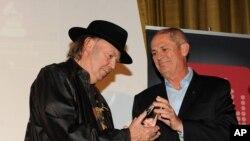 Neil Young acepta el premio de la Academia de la Música de parte de productores e ingenieros del evento de los Grammy.