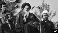 اولین سخنرانی خمینی پس از بازگشت به ایران؛ حامیانش او را «نائب برحق امام زمان» مینامیدند