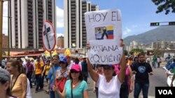 Con pancartas alusivas al déficit en salud bajo la presidencia de Nicolás Maduro, las personas salieron a marchar en contra del actual gobierno. 1 de abril de 2017. Foto: Álvaro Algarra / VOA.