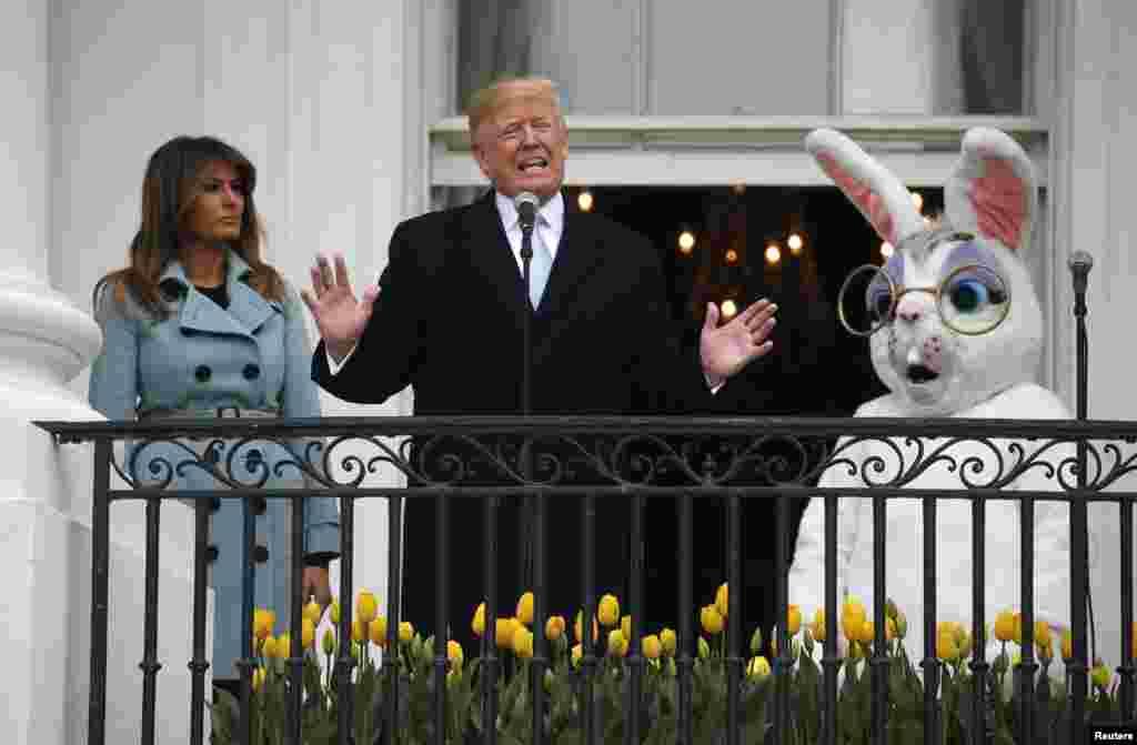 Presiden Donald Trump berbicara kepada para pengunjung dari South Portico di Gedung Putih, dengan Ibu Negara Melania Trump dan Kelinci Paskah pada acara Lomba Balap Telur Paskah tahunan di South Lawn di Washington.
