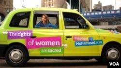 Salah satu iklan kampanye soal hak-hak perempuan dalam Islam yang dipasang di sebuah taksi di London.