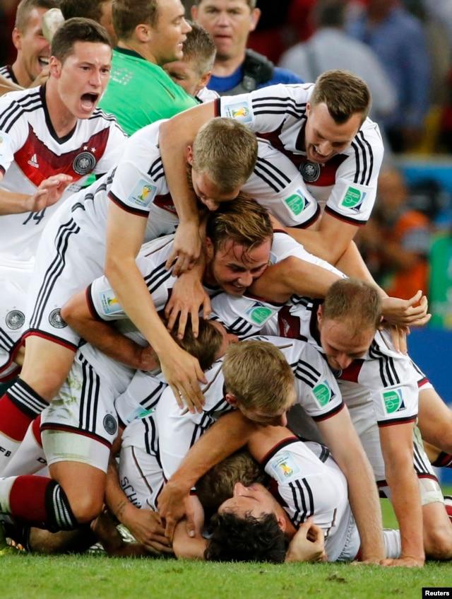 Todo el equipo alemán se ha lanzado sobre Goetze, el anotador del gol.