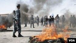 Warga Kabul memprotes aksi pembakaran Al-Quran yang dilakukan oleh tentara NATO di Afghanistan bulan Februari lalu (Foto: dok).