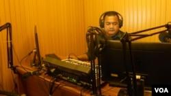 Penyiar Yudi Rachman di studio Radio KanalKPK. (VOA/Andylala Waluyo)