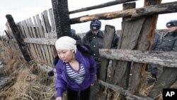 Rossiyaning Krasnoyarsk shahridagi fermada reyd paytida noqonuniy muhojirlar ushlanmoqda, 8-aprel, 2012-yil