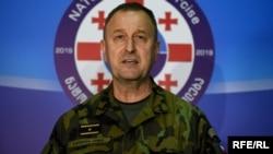 Заместитель начальника Учебного центра объединенных сил НАТО бригадный генерал Ладислав Юнг беседует с солдатами в Тбилиси 18 марта