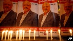 Свічки, поставлені активістами біля портрета Хашокджі біля консульства Саудівської Аравії в Стамбулі