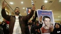 Para keluarga korban kerusuhan sepakbola maut bergembira atas keputusan pengadilan menghukum mati 21 pelaku kerusuhan (26/1). Namun ini memicu bentrokan yang menewaskan 30 orang.