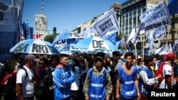 Người biểu tình phản đối cắt giảm chi tiêu của chính phủ dành cho các dịch vụ công ích, ở Buenos Aires, Argentina, ngày 13 tháng 2, 2019.