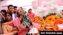 Thân nhân của nạn nhân vụ sập công ty dệt may Rana Plaza khóc trong lễ tưởng niệm tại Dhaka, Bangladesh, ngày 24 tháng 4, 2015.