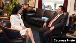 Trà Mi phỏng vấn Tiến sĩ Cù Huy Hà Vũ bên lề cuộc họp báo nhân dịp lần đầu tiên ông lên tiếng trước công luận sau 1 tháng đặt chân tới Hoa Kỳ (Ảnh: Khải Nguyễn).