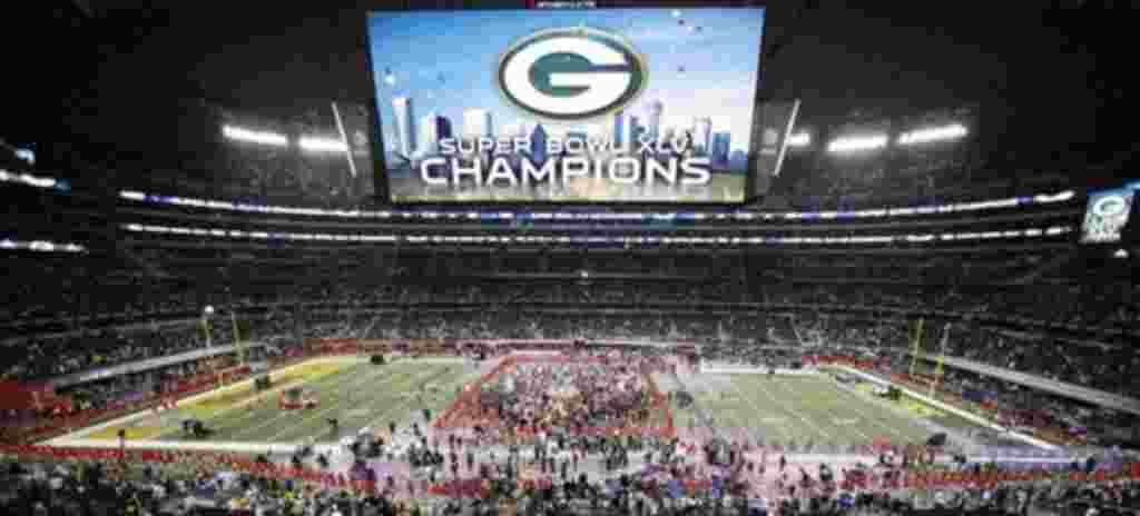 Fans y jugadores celebran en el estadio Cowboys después de la victoria de los Packers en el NFL Super Bowl.